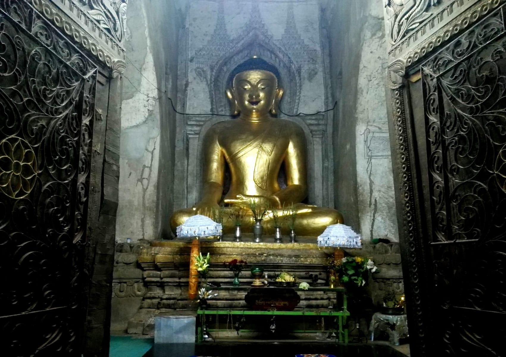 Zlatá socha Buddhy, Bagan, Myanmar