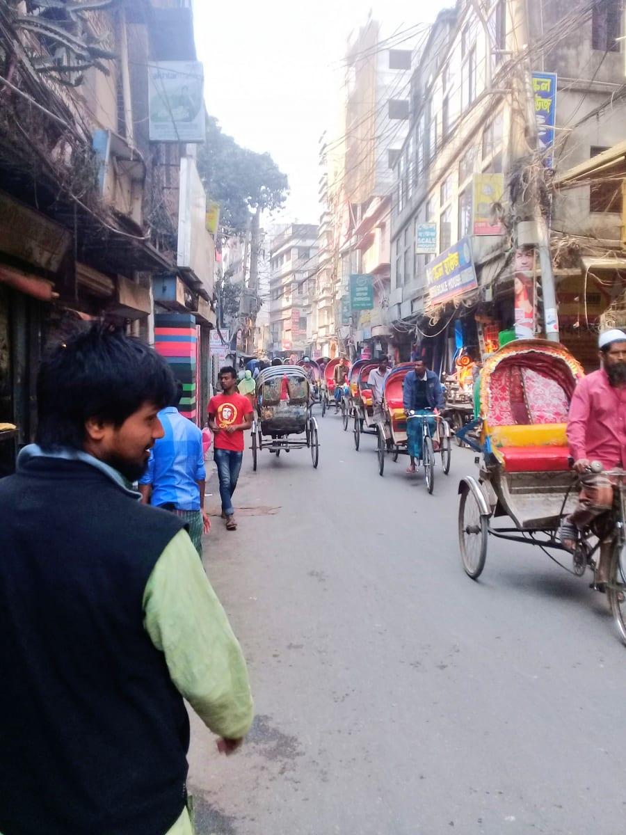 Aladin mi pomáhá najít hotel, všimněte si počtu rykš, Dháka, Bangladéš