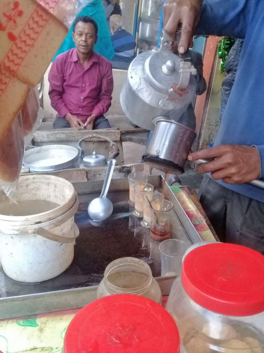 Dudh-cha - sladký oblíbený čaj s mlékem, Dháka, Bangladéš