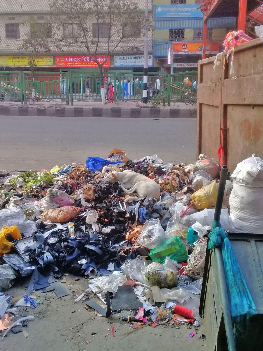 Nedostatek kontejnerů a hlavně informovanosti o problému poluce je všudypřítomný, Bangladéš