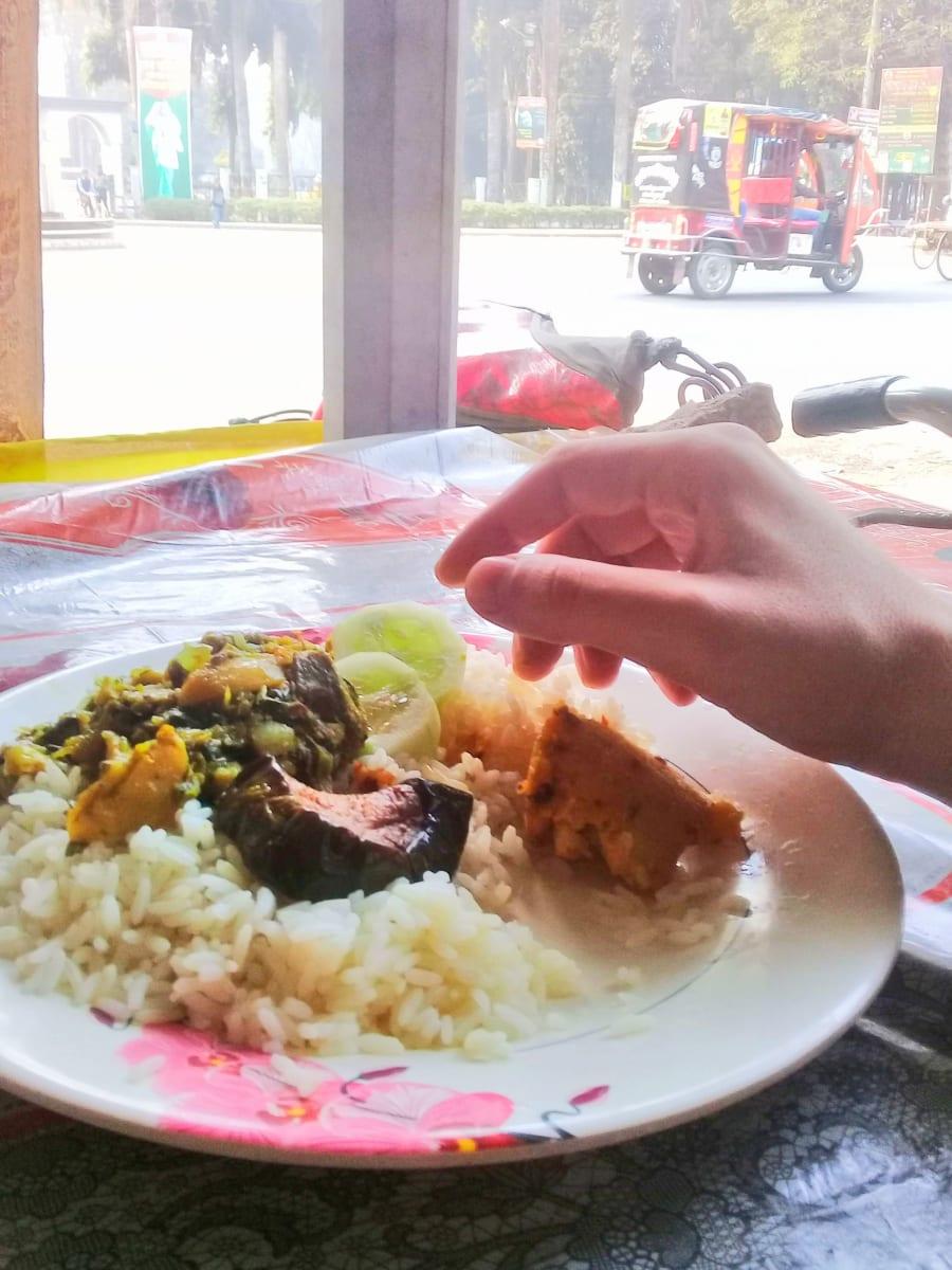 Oběd v jedné z pouličních restaurací, Dháka, Bangladéš