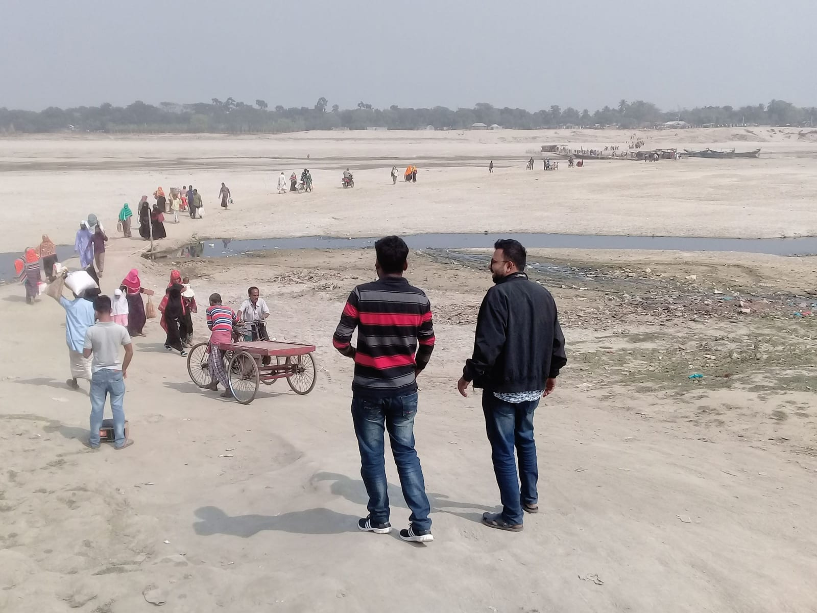 Překračování řeky Padmy suchou nohou (v Indii Ganga), Bangladéš