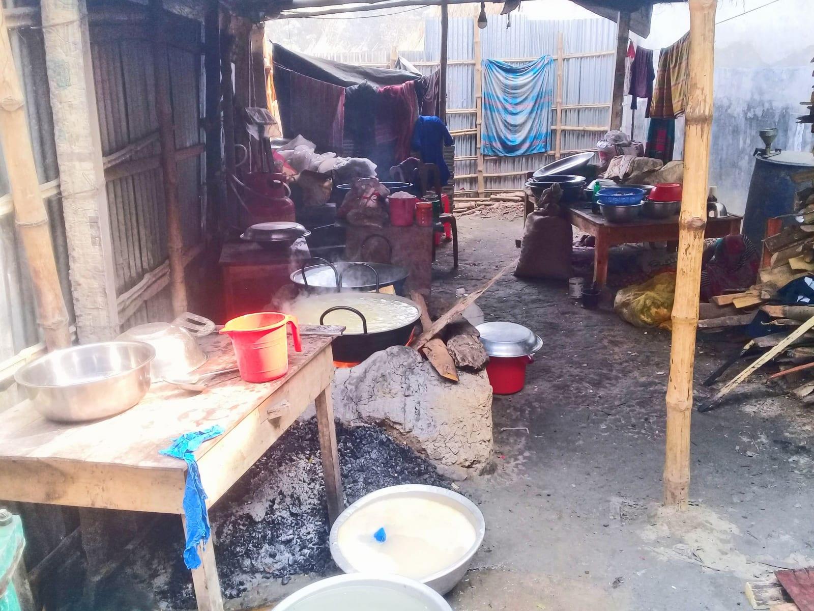 Pohled do kuchyně místní restaurace (ano jedli jsme tam), Bangladéš