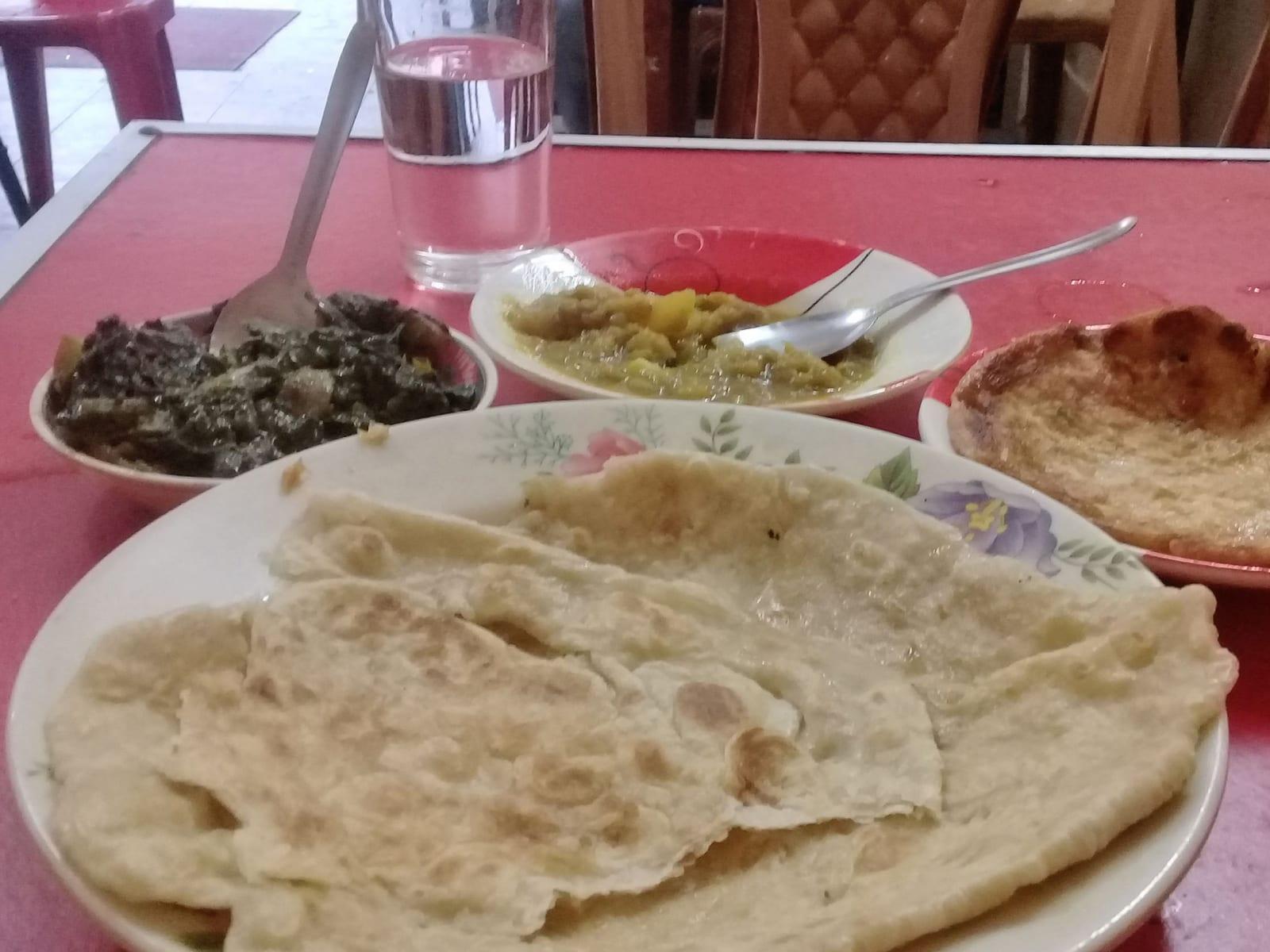 První jídlo po překročení hranic - placky, omeleta, bramborový salát a něco jako špenát, Bangladéš