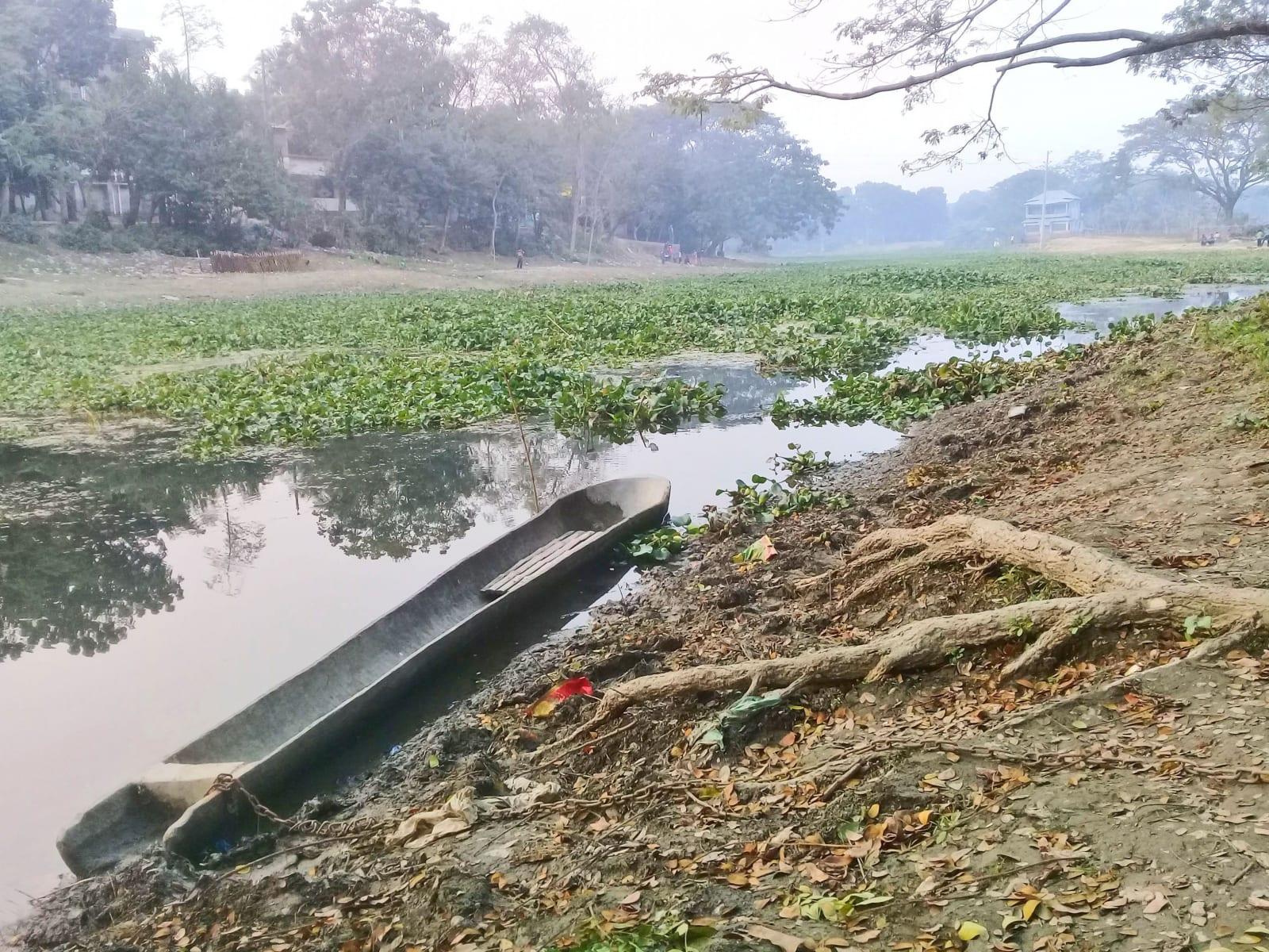 Tradiční bengálská loďka na rybaření, řeky jsou velmi důležitou součástí kultury, Bangladéš