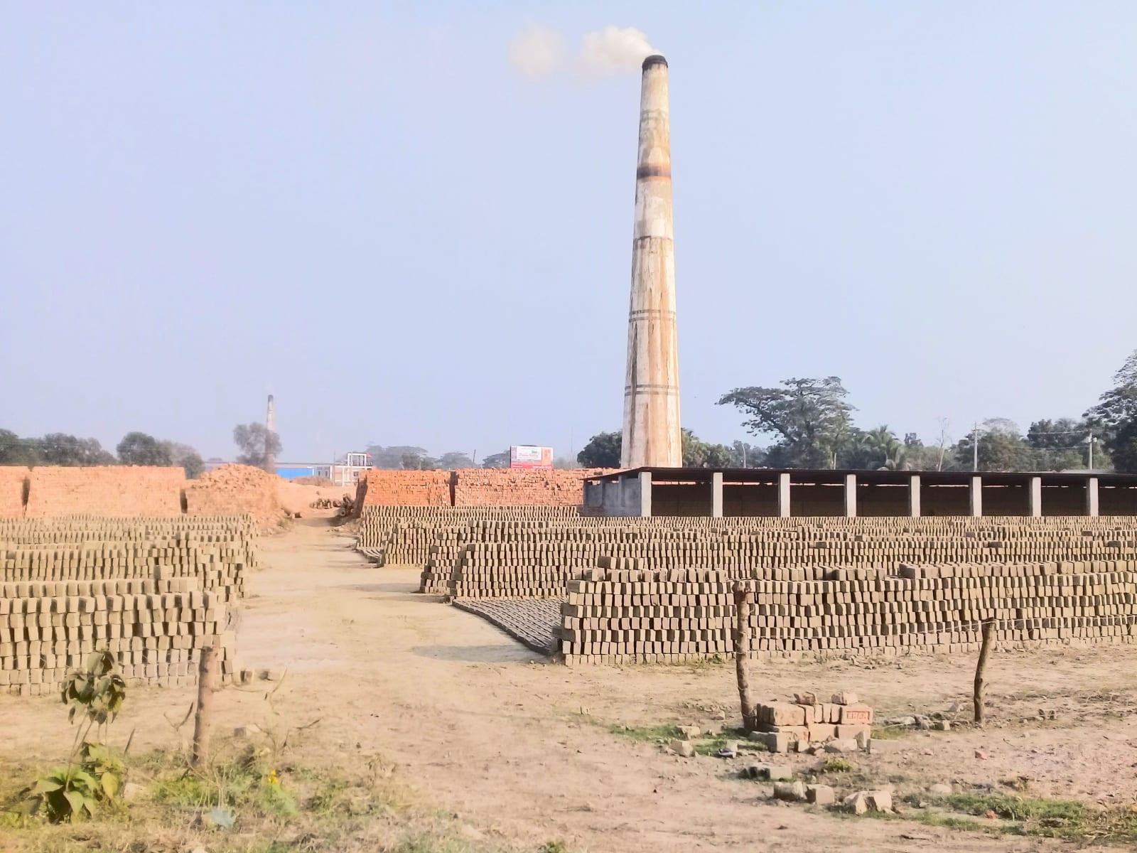 Bohatí podnikatelé skupují v zemi velké pozemky, kde zaměstnaní pracovníci přímo z přítomné hlíny vypalují cihly, Bangladéš