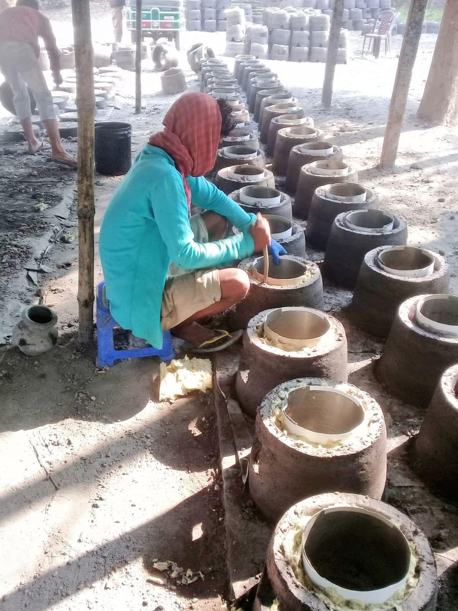 Foto z produkce topných vařičů, Bangladéš