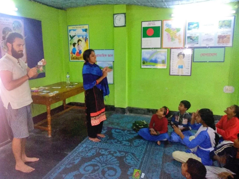 Hodina angličtiny s dětmi, AID Foundation, Bangladéš