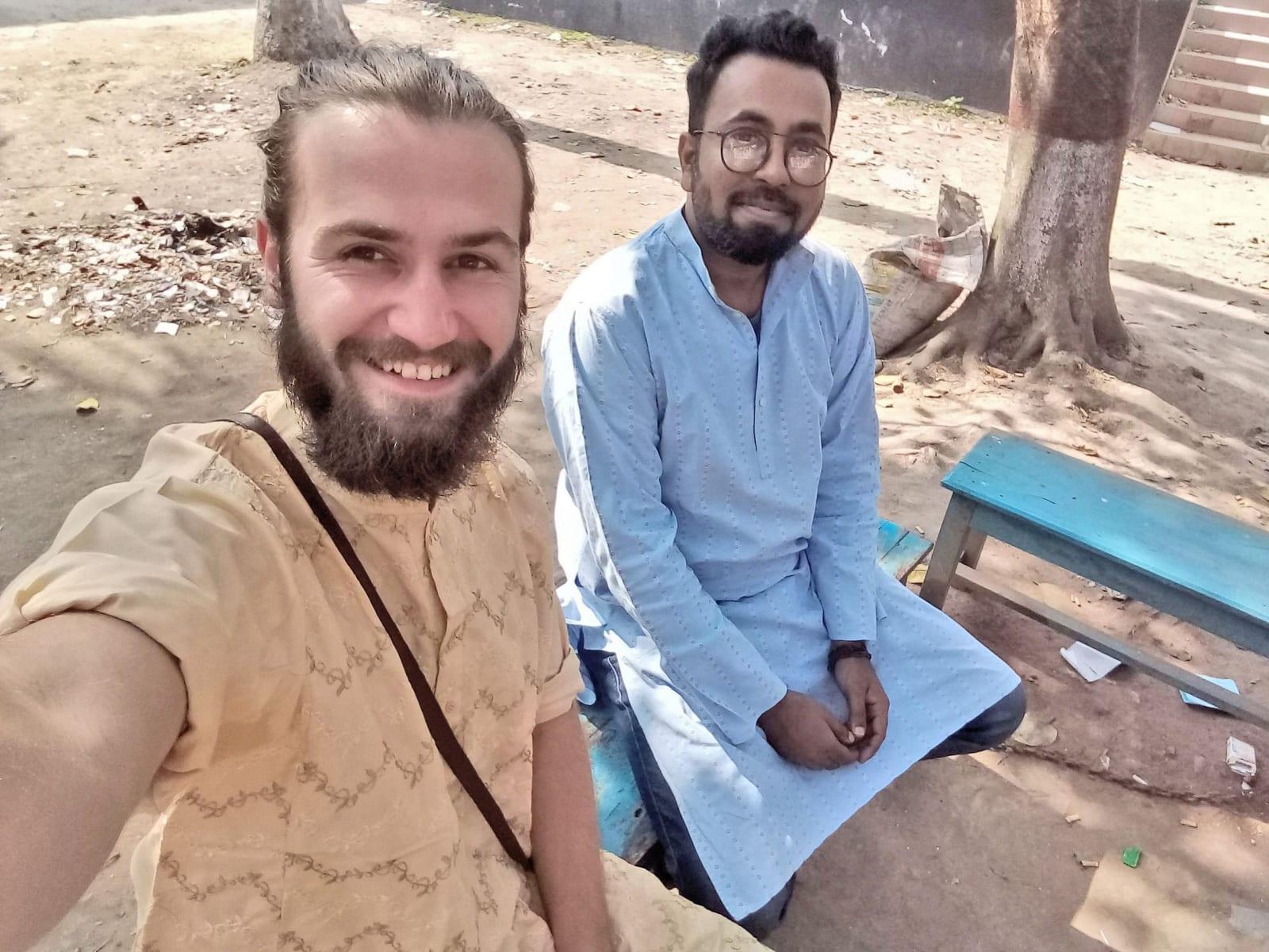S bratrem Mehedim před nedělní modlitbou v mešitě, oba nosíme tradiční pandžábí, Bangladéš
