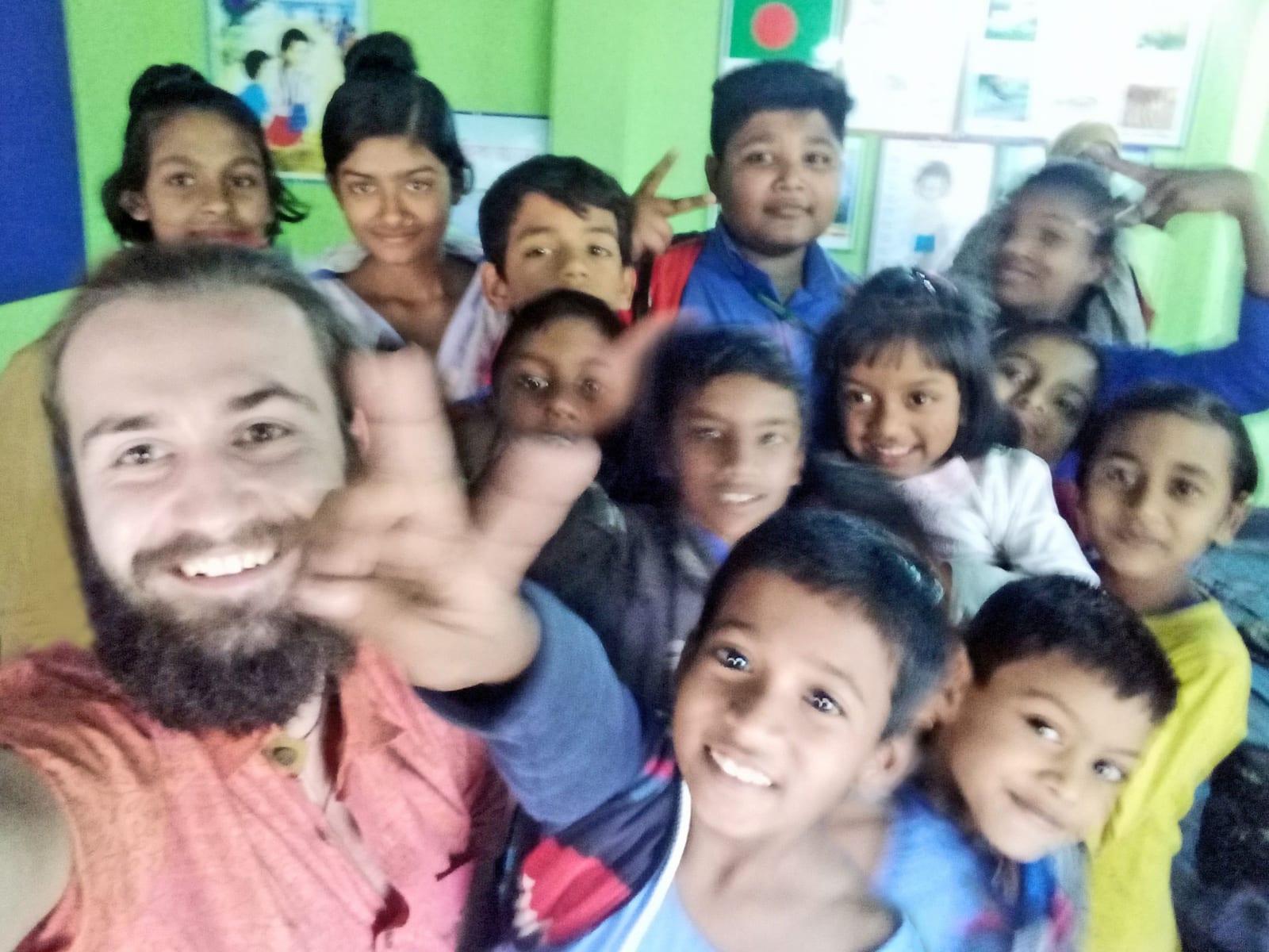 Společná fotka s dětmi/studenty ve škole neziskovky, AID Foundation, Bangladéš