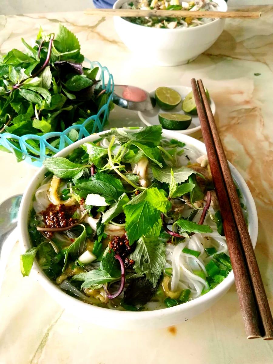 Pho s čerstvými bylinkami a čerstvým chilli