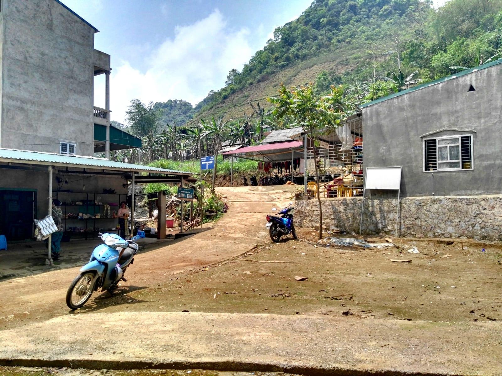 Vesnice u jeskyně Lung Khuy Cave