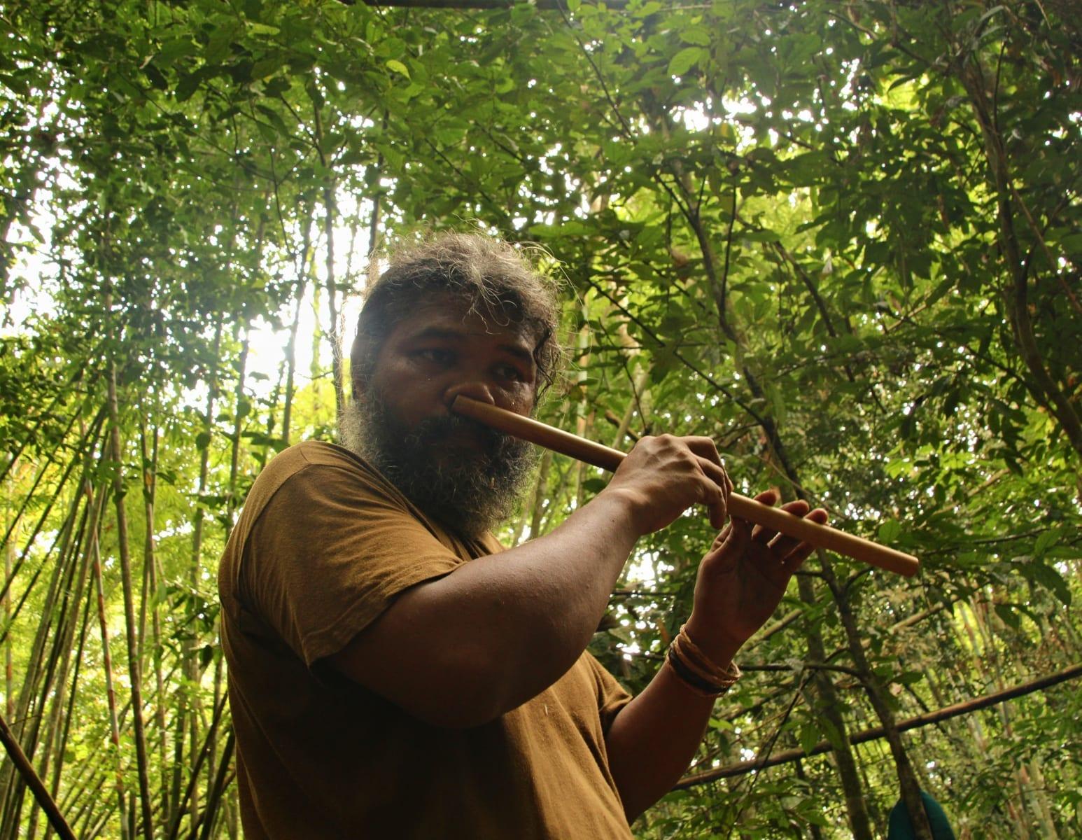 Orang Asli, původní obyvatelé Malajsie, tradiční hra na flétnu nosem
