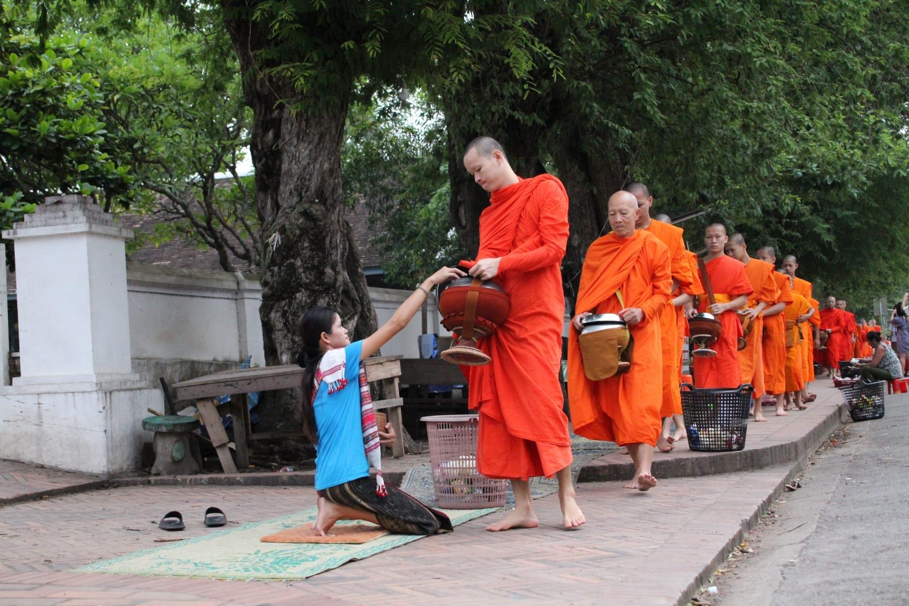 Ranní průvod mnichů v Luang Prabang