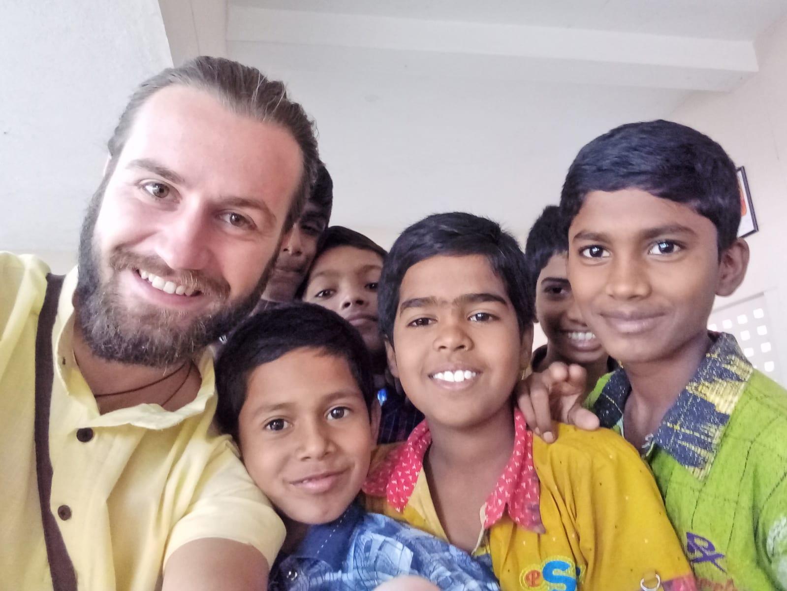 S klukama ze školy, v rámci návštěvy neziskovky Vicente Ferrer v Anantapuru, Indie.
