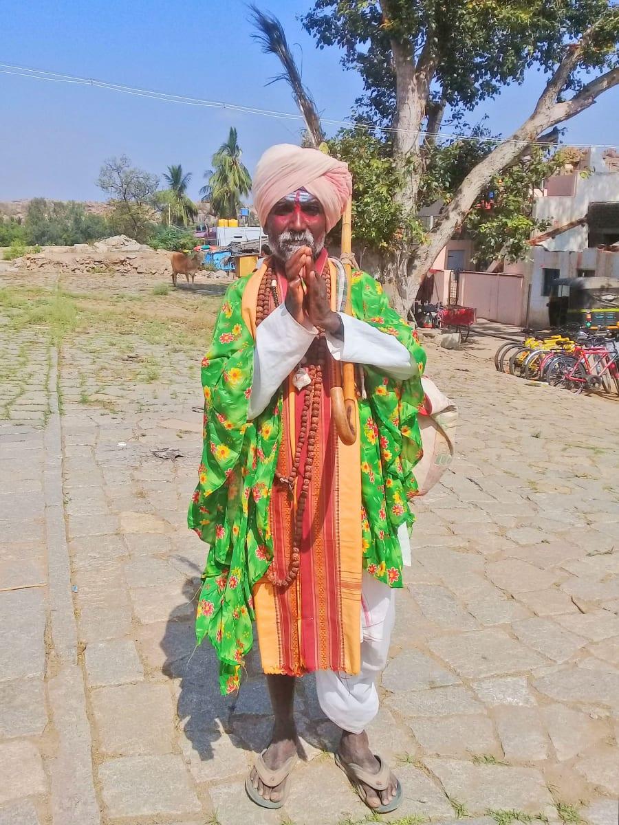 """Falešný baba. Tedy """"svatý muž"""", který na vás už z dálky volá ať si s ním uděláte fotku a pak vás samozřejmě zkásne, Hampi, Indie."""