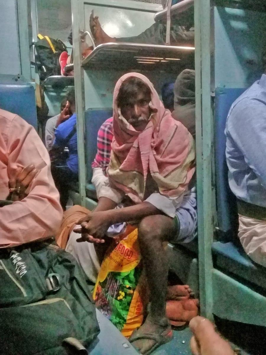 Zírání je běžná součást cesty Indií. Zvyknete si (cestou vlakem z Bengalúru do Hajdarábádu, Indie).