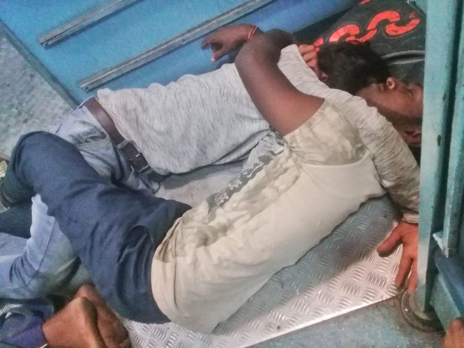 Cestou vlakem z Bengalúru do Hajdarábádu, Indie.