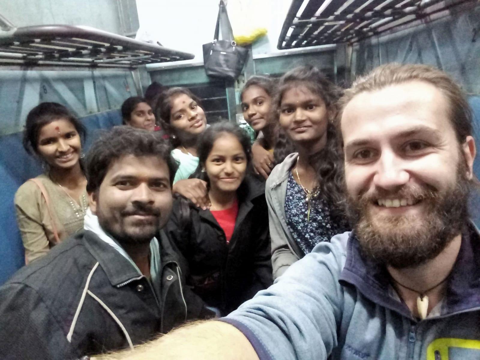 Ve vlaku cestou z Arakku do Višákhapatnamu, Indie.