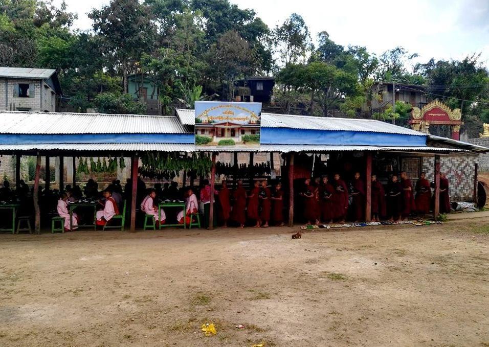 Vesnice pod jeskyní Htet Eain Gu