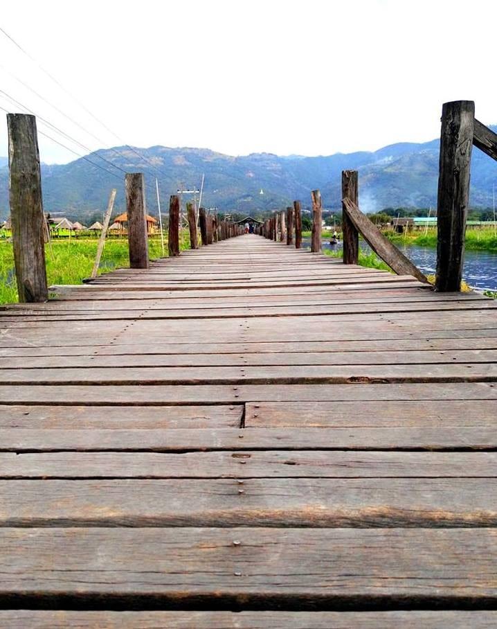 Starý dřevěný most u Maing Thauk