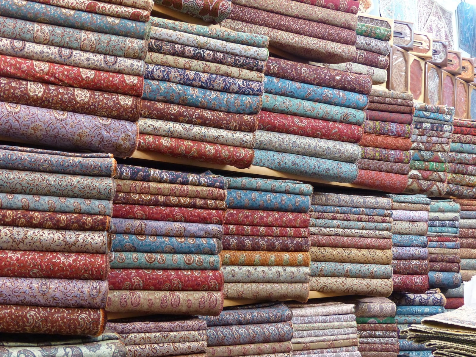 Pestrobarevné brokátové látky jsou další devízou Íránu