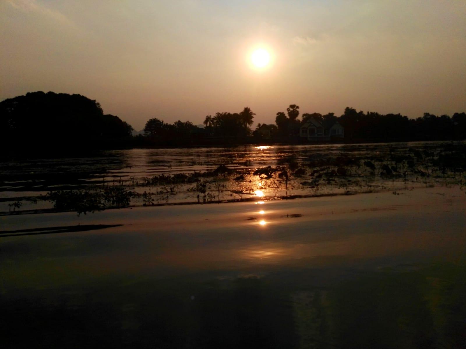 Západ slunce z ubytování na řece Kwai, Kanchanaburi, Thajsko