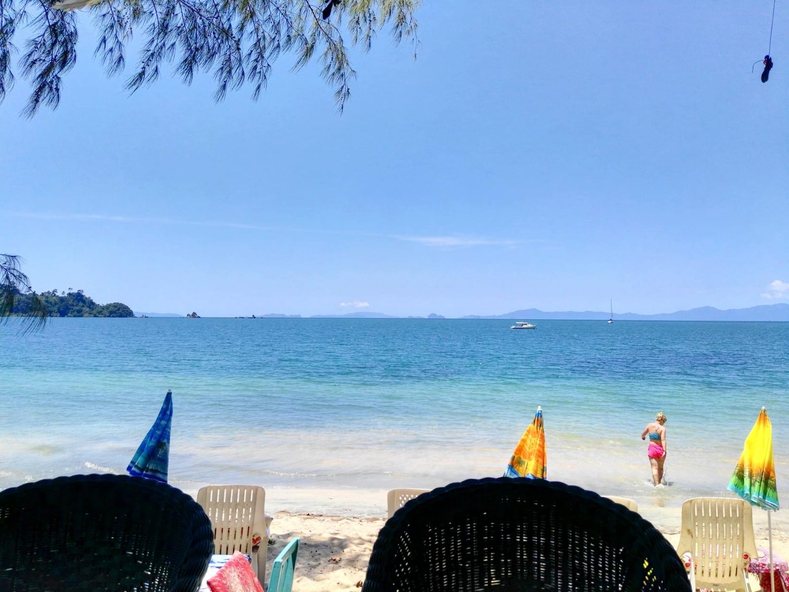 Jižní část Ao Khao Kwai u Heaven Beach resort, Koh Phayam, Thajsko