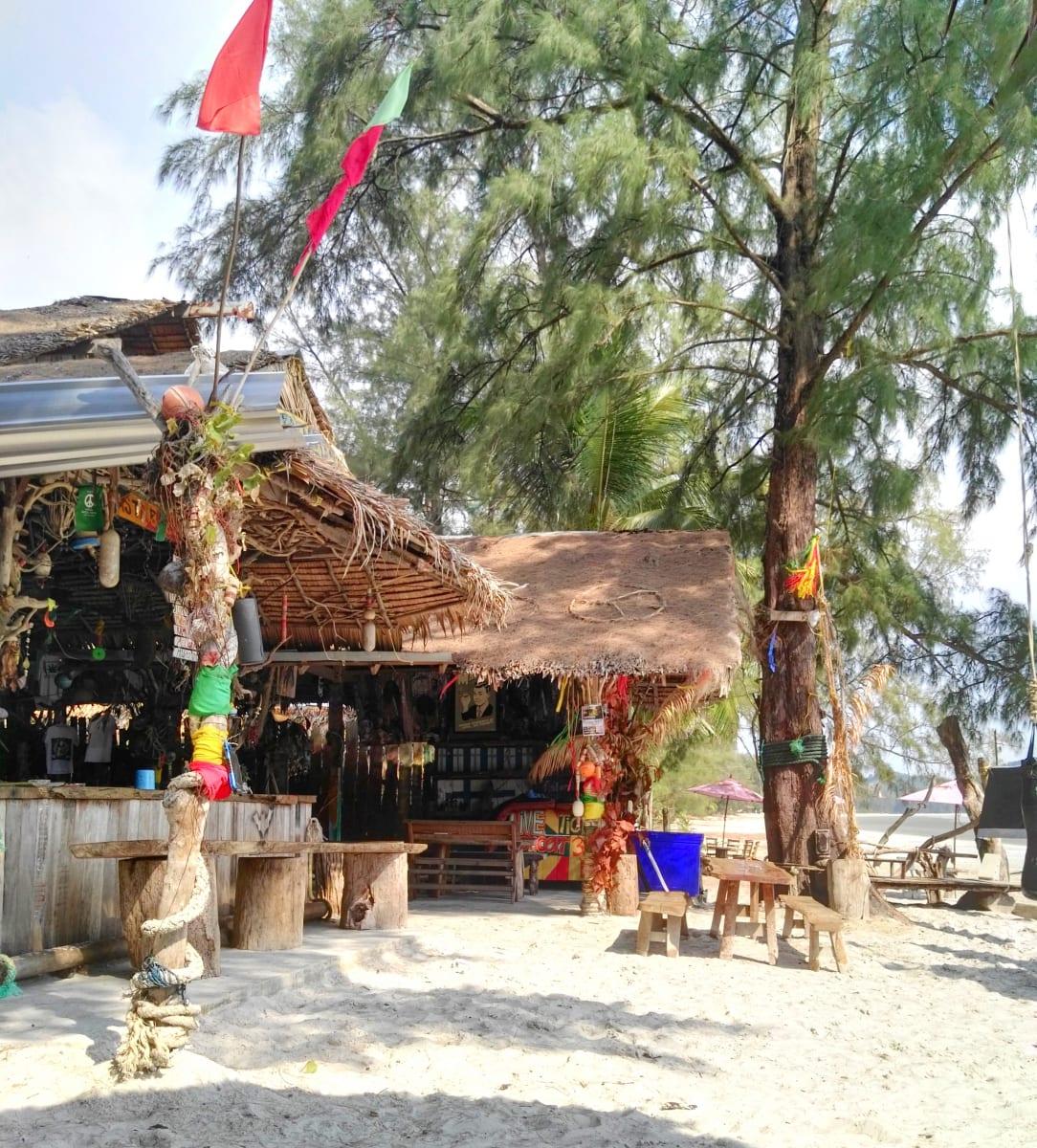 Rasta baby bar, severní část Ao Yai, Koh Phayam, Thajsko
