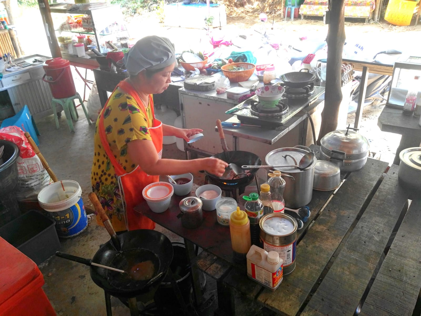 Jedna z nejlepších lokálních restaurací je u hlavní cesty směrem  na Ao Khao Kwai, Koh Phayam, Thajsko