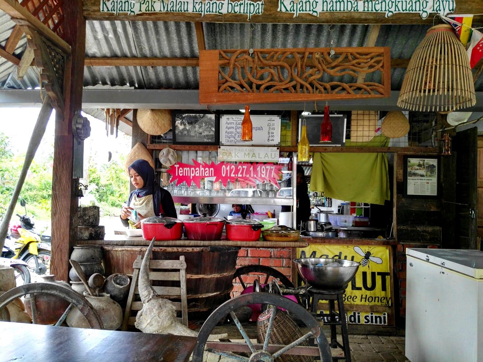 Lokální restaurace poblíž Makam Mahsuri