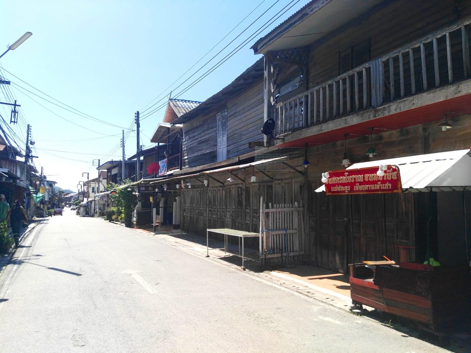 Přes den ospalá ulice se v noci mění na jednu velkou restauraci plnou chutí a vůní, Chiang Khan, Loei, Thajsko