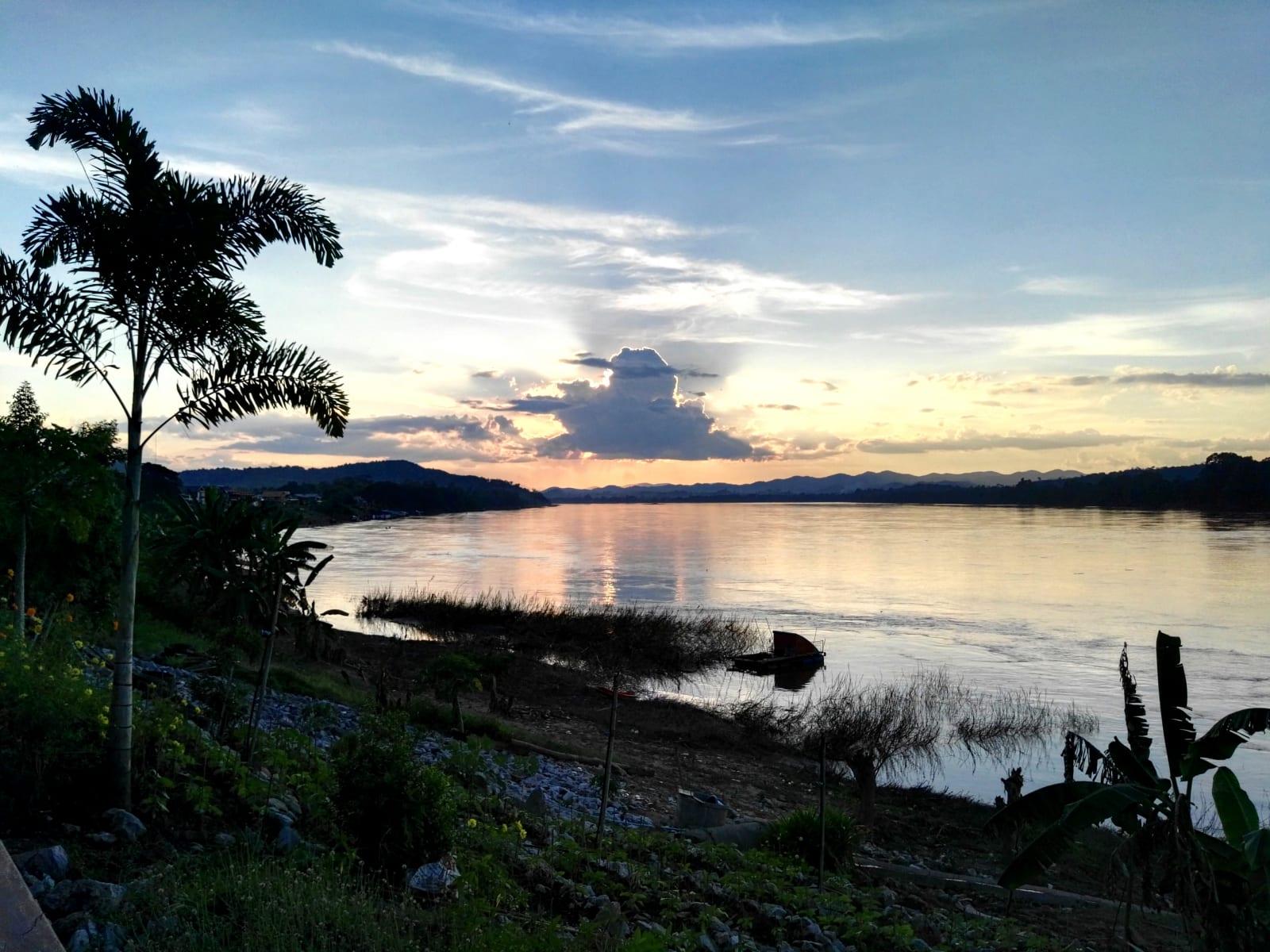 Promenáda a západ slunce nad Mekongem, Chiang Khan, Loei, Thajsko