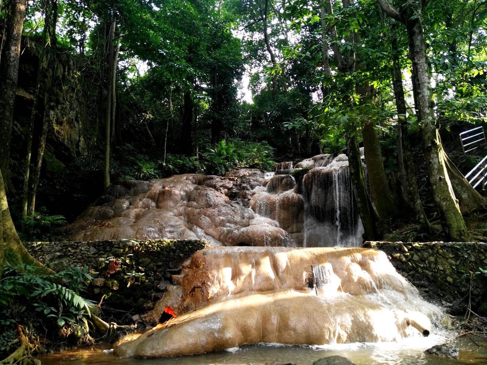 Vodopády na konci hlavní cesty, Hin Pha Ngam Park, Loei, Thajsko