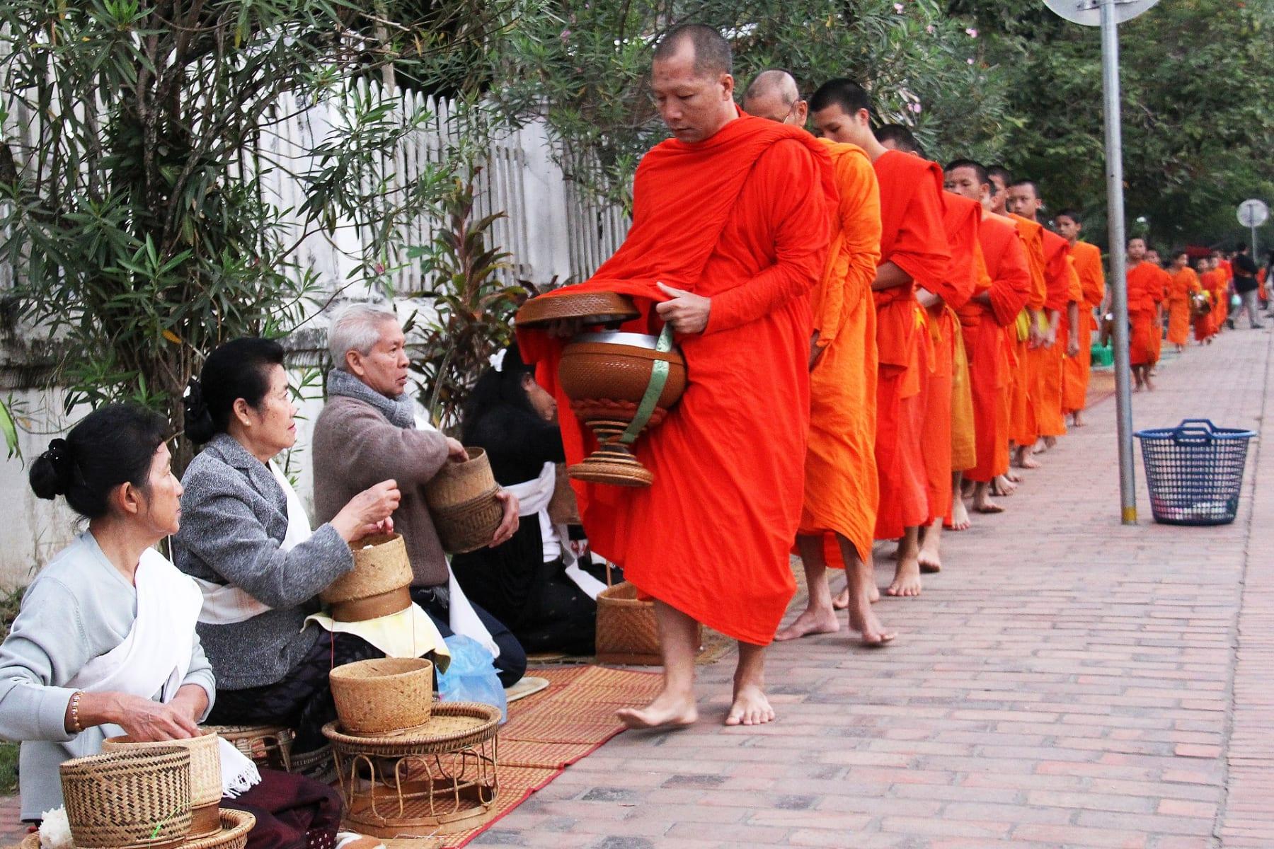 Ranní průvod mnichů, Luang Prabang, Laos