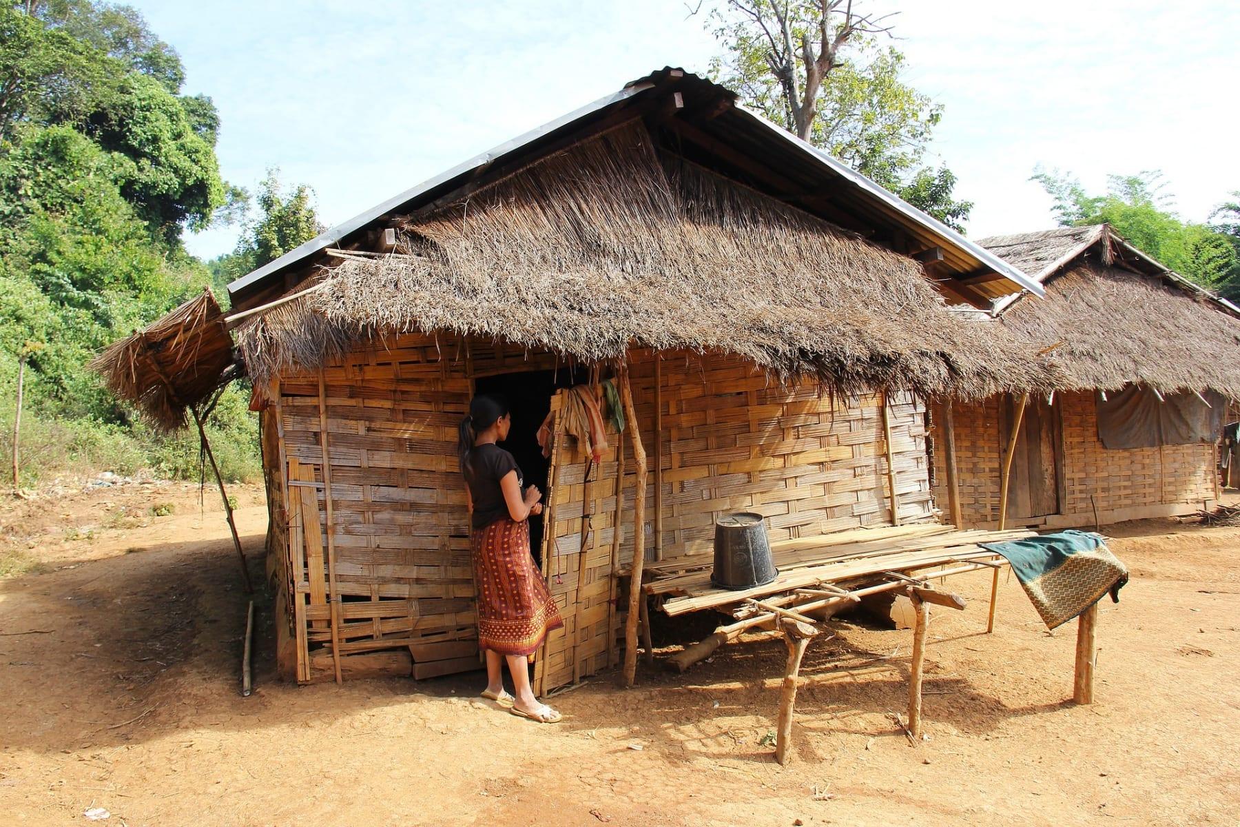 Typické obydlí chudých obyvatel Laosu