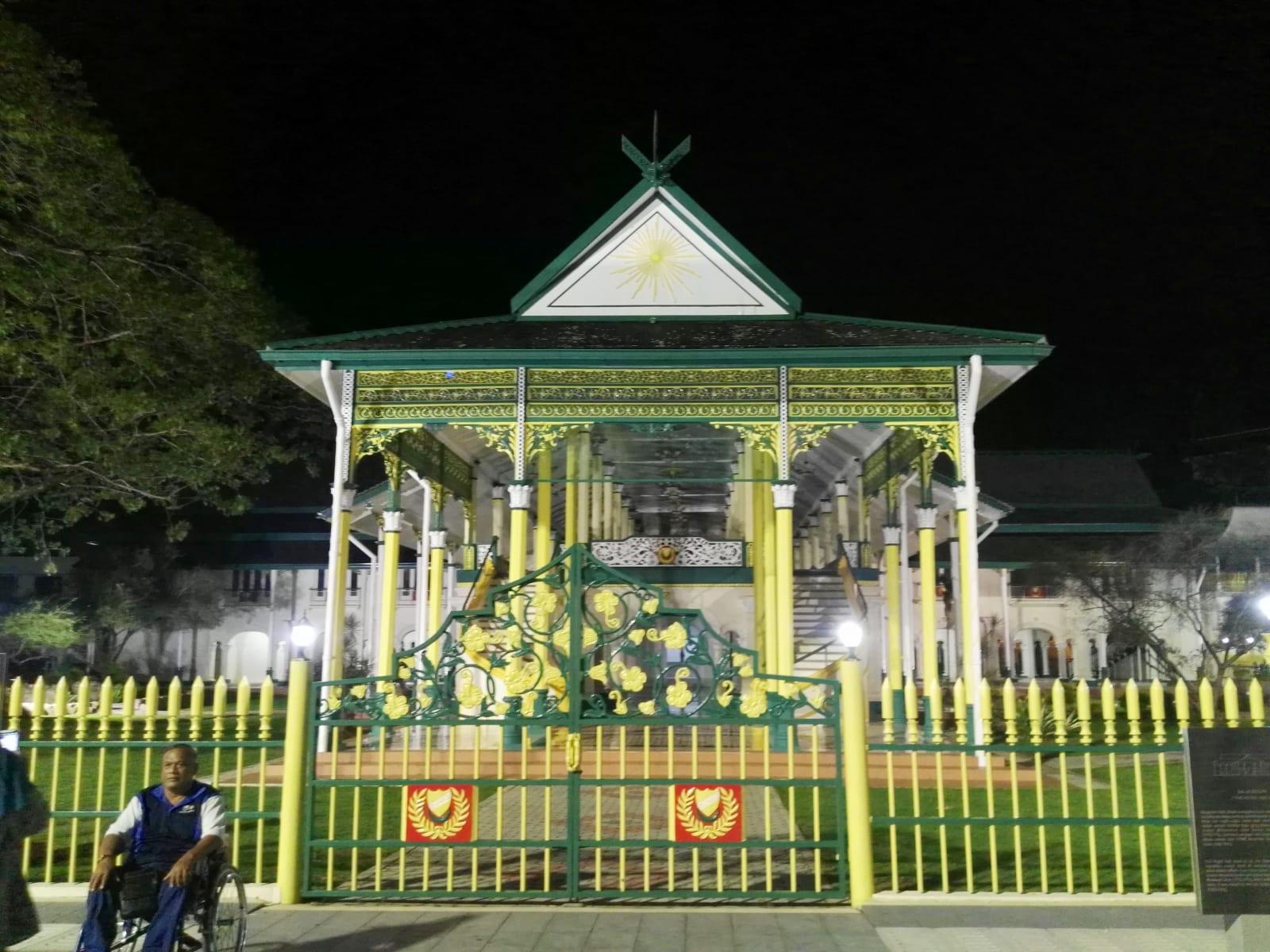 Náměstí před mešitou Masjid Zahir, Alor Setar, Malajsie