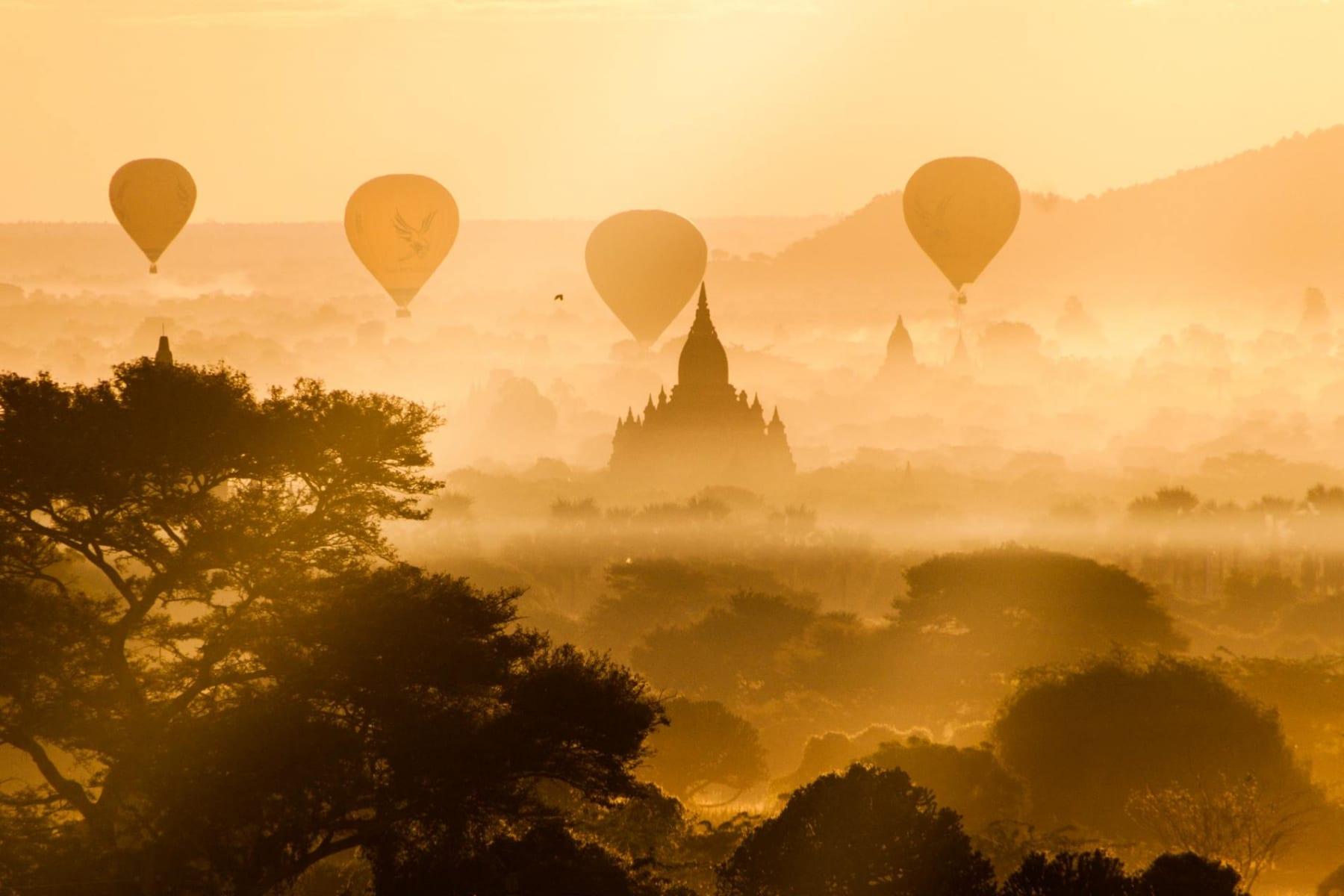 Východ slunce v Baganu, Myanmar