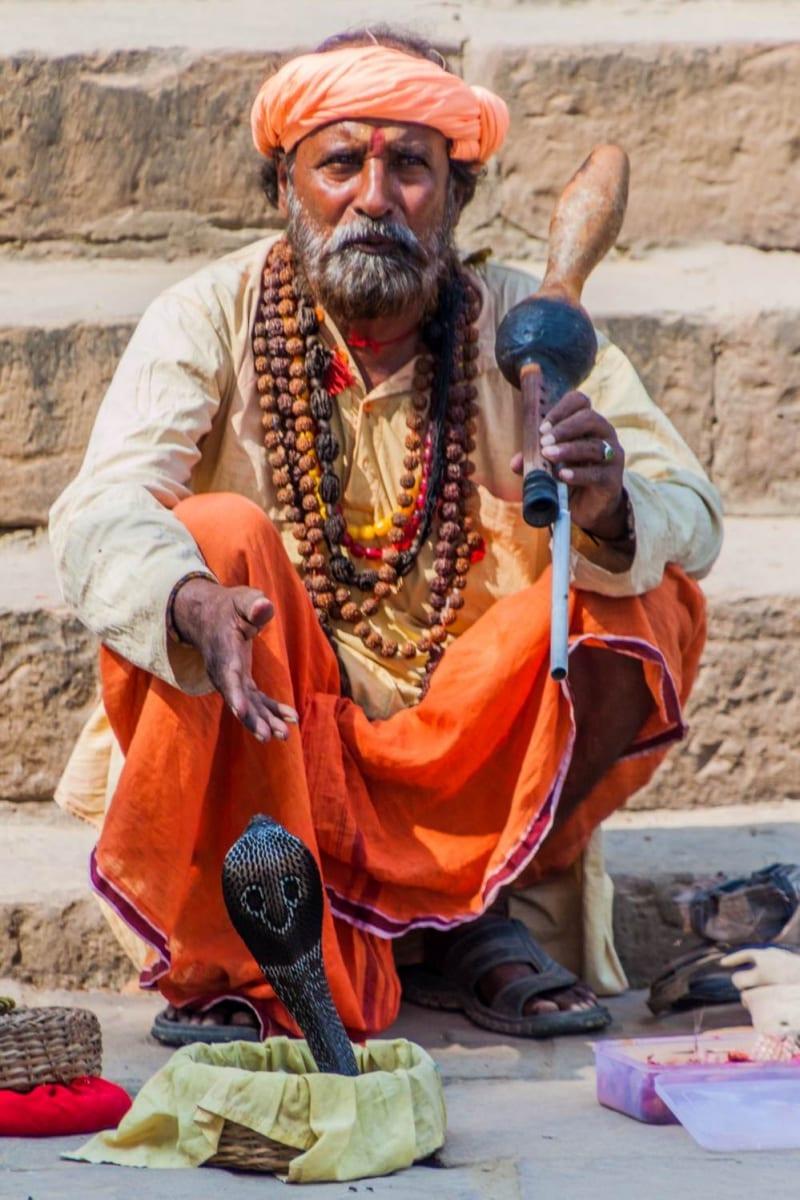 Zaříkávač hadů, Varanásí, Indie
