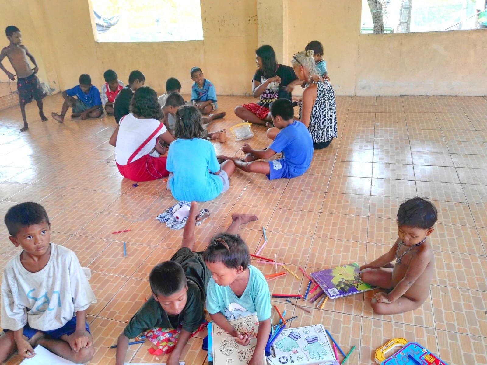 """""""Společenská místnost"""" pro komunitu Moken sea gypsy, Koh Phayam, Thajsko"""