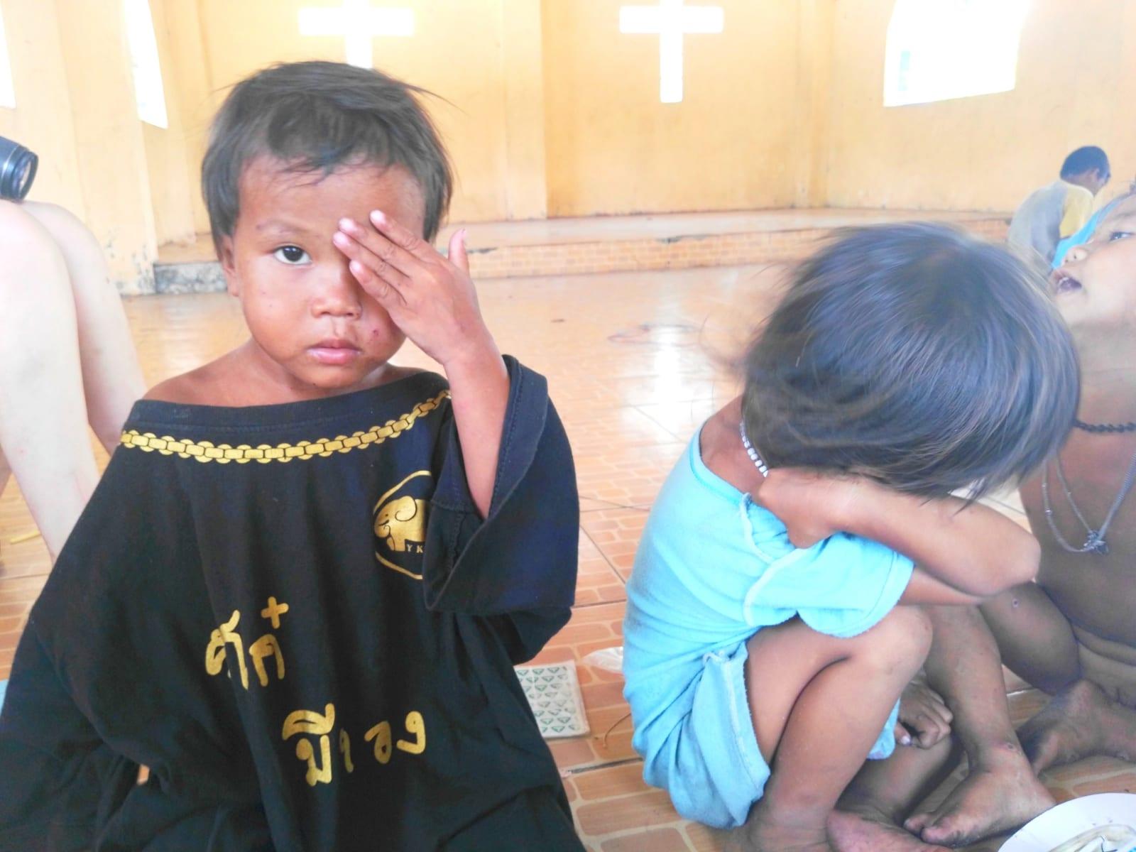 Děti z komunity Moken sea gypsy si při hře musí vystačit se samolepkami, Koh Phayam, Thajsko