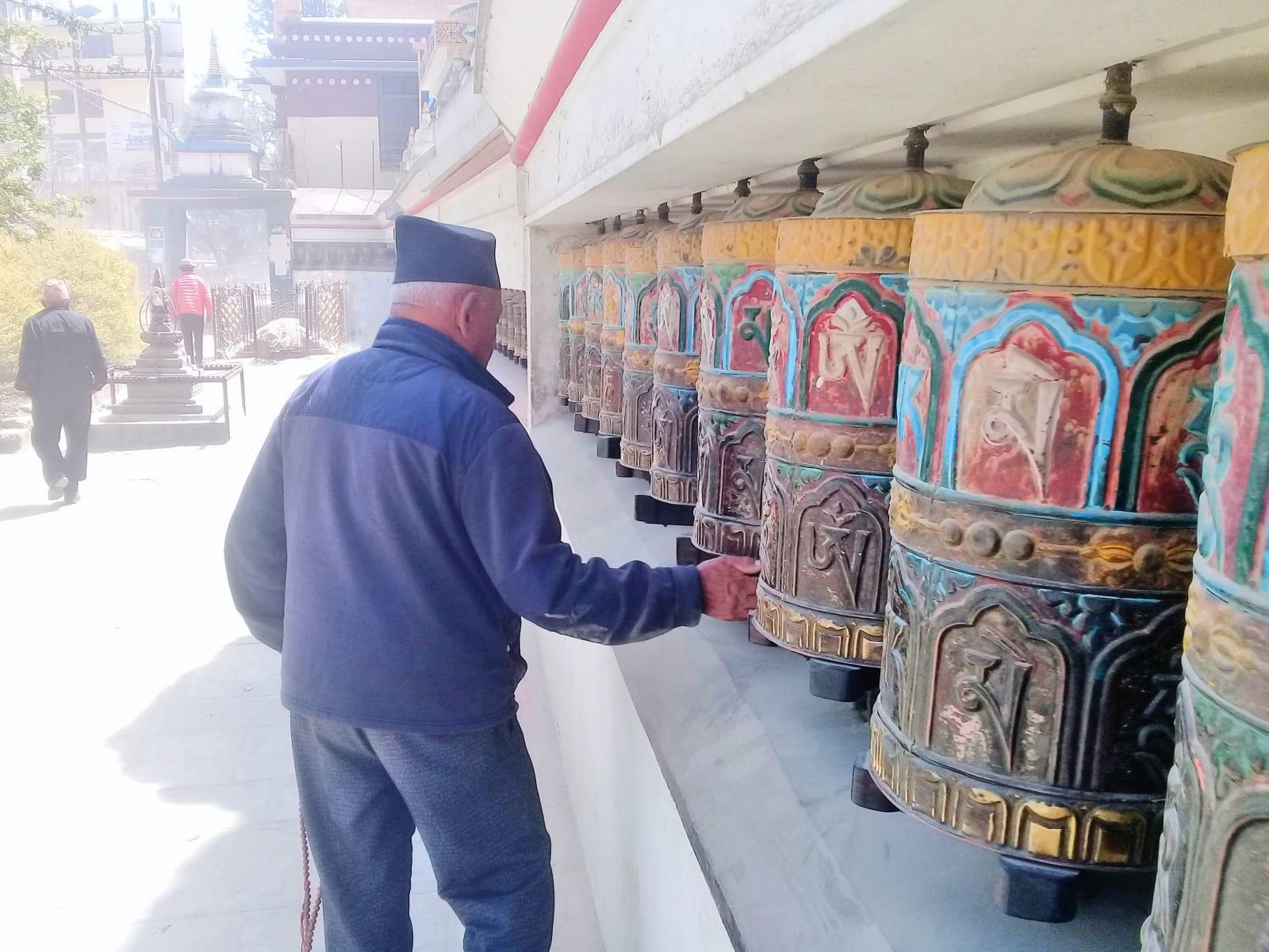 Óm mani padmé húm na modlitebních válcích, Káthmándů, Nepál