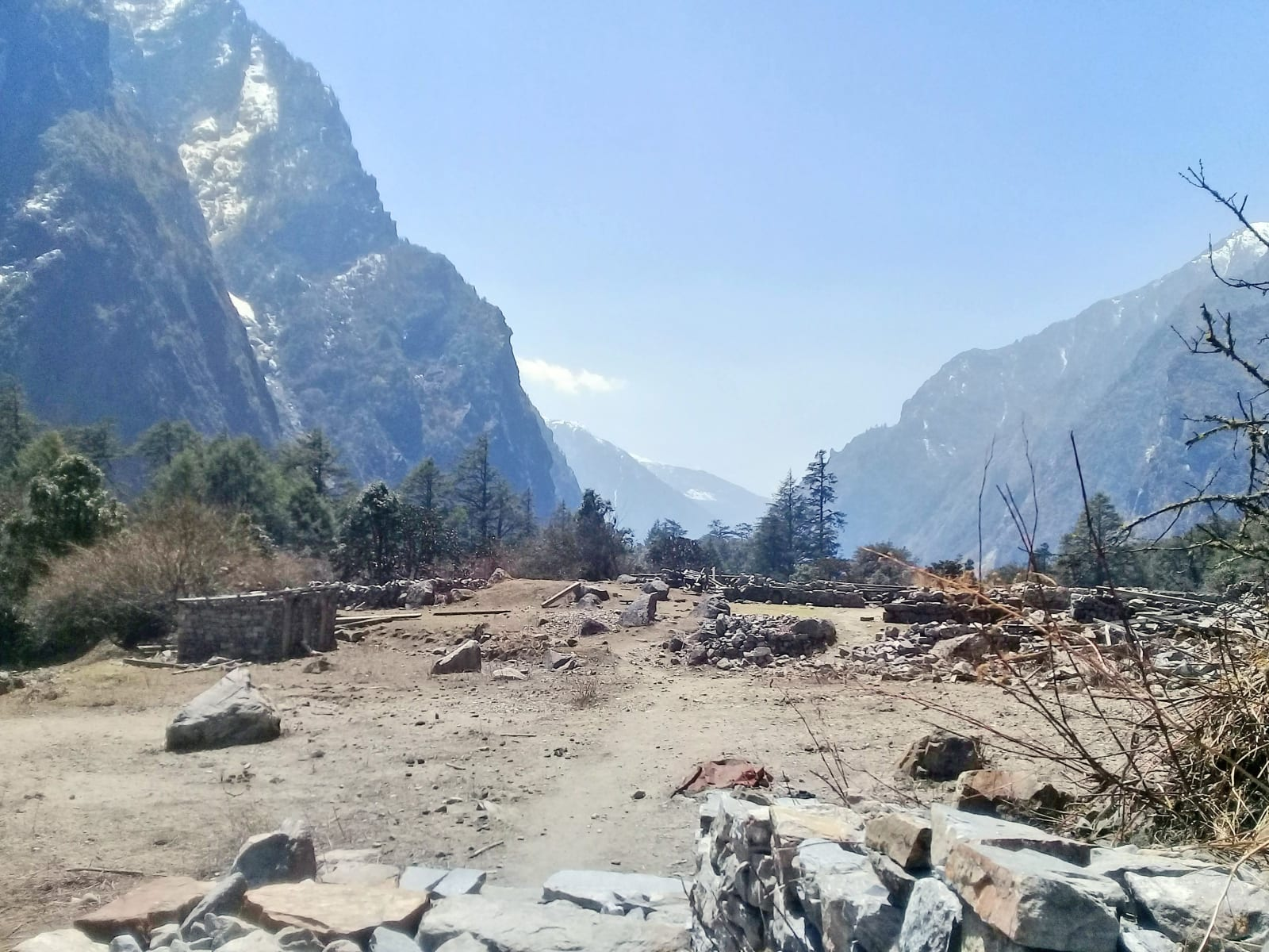 1_Torzo-bývalé-vesnice-Ghoda-Tabela-spal-jsem-v-té-budově-vlevo-Nepál