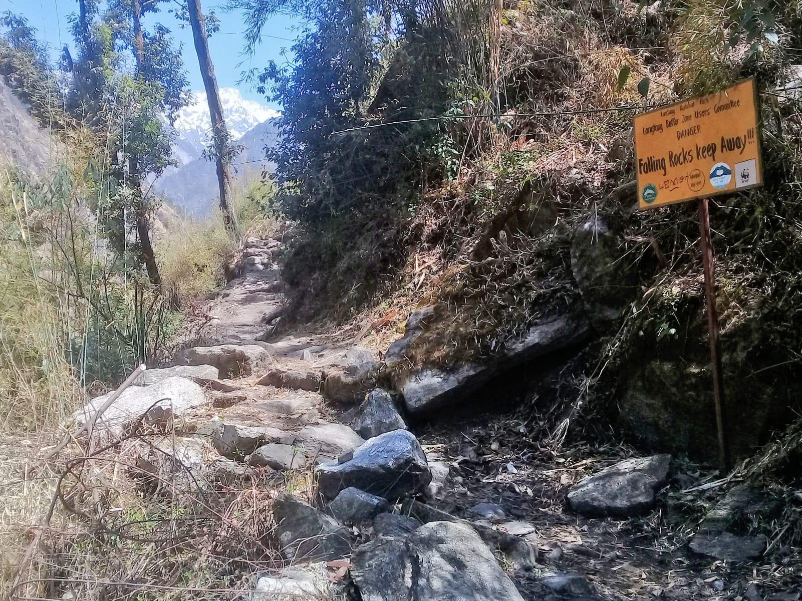 Cedule upozorňující na padající kamení, Nepál