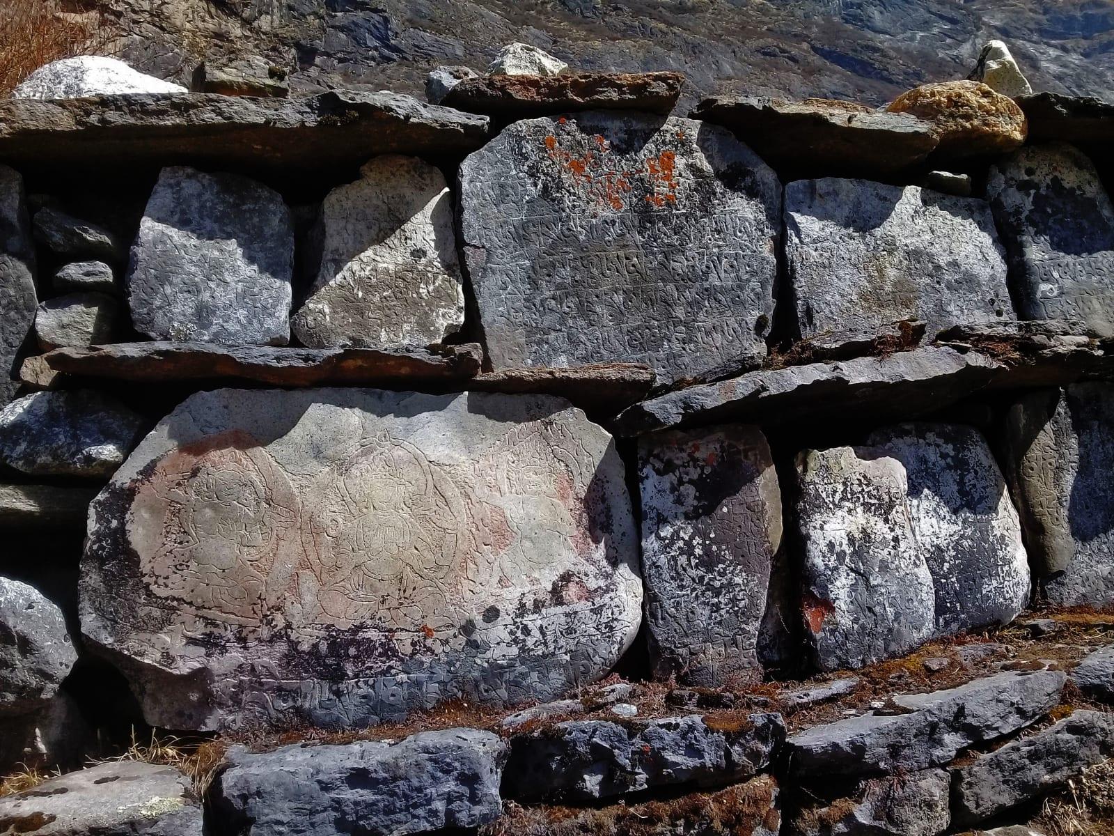 Modlitby a buddhistická vyobrazení na kamenech, Nepál