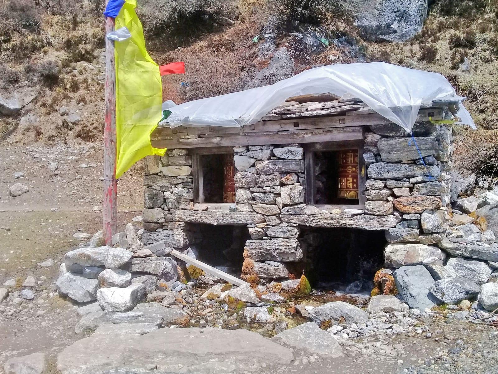 Motlitební válce s mantrou Óm mani padmé húm, Nepál