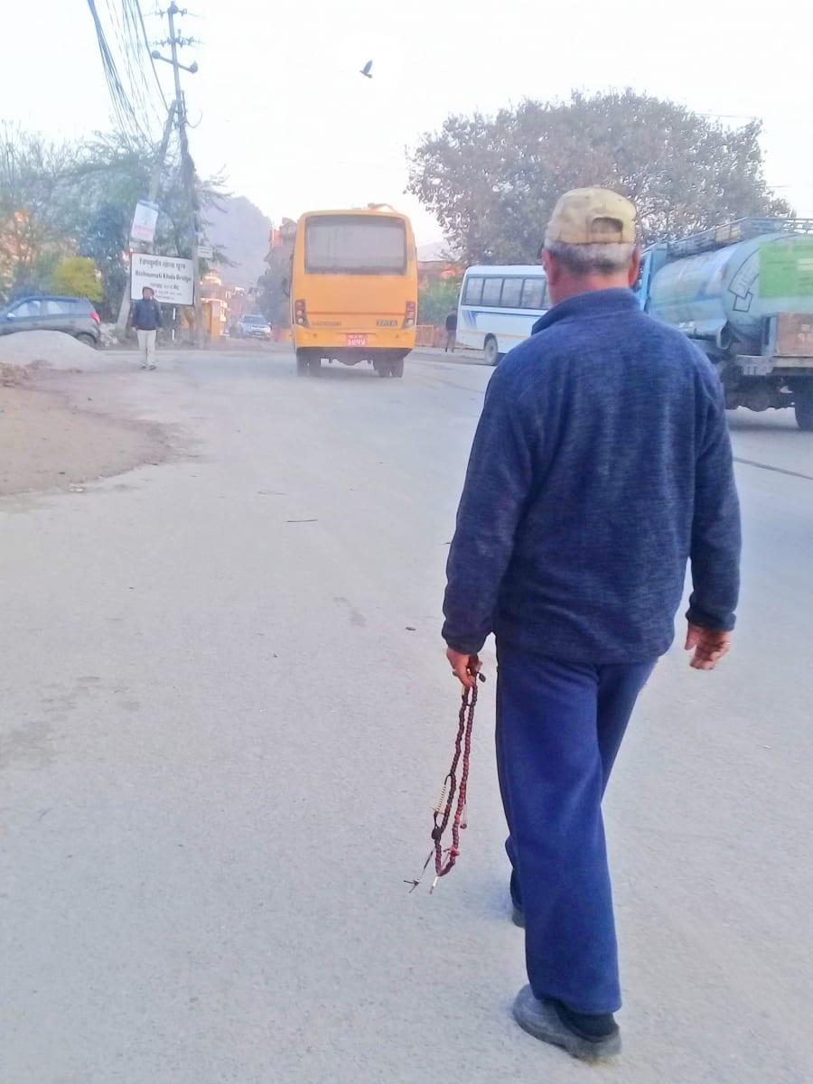 Ranní-modlitba-cestou-na-autobus-Káthmándú-Nepál