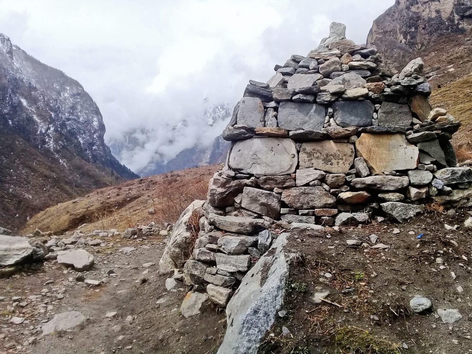 Stupa-obestavěná-tesanými-kameny-s-motlitbou-Nepál