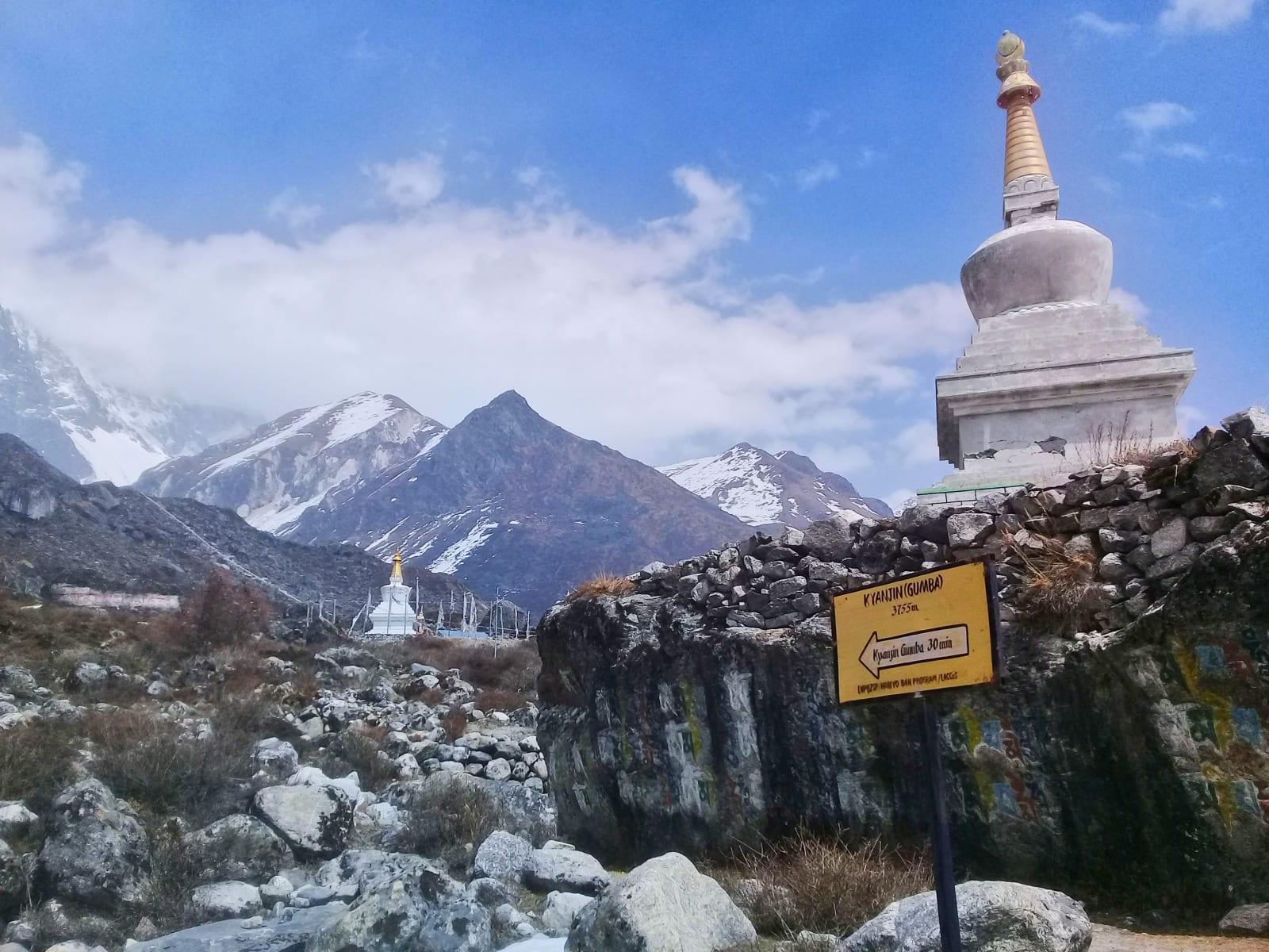 Stupy-před-Kyanjin-Gompa-Nepál