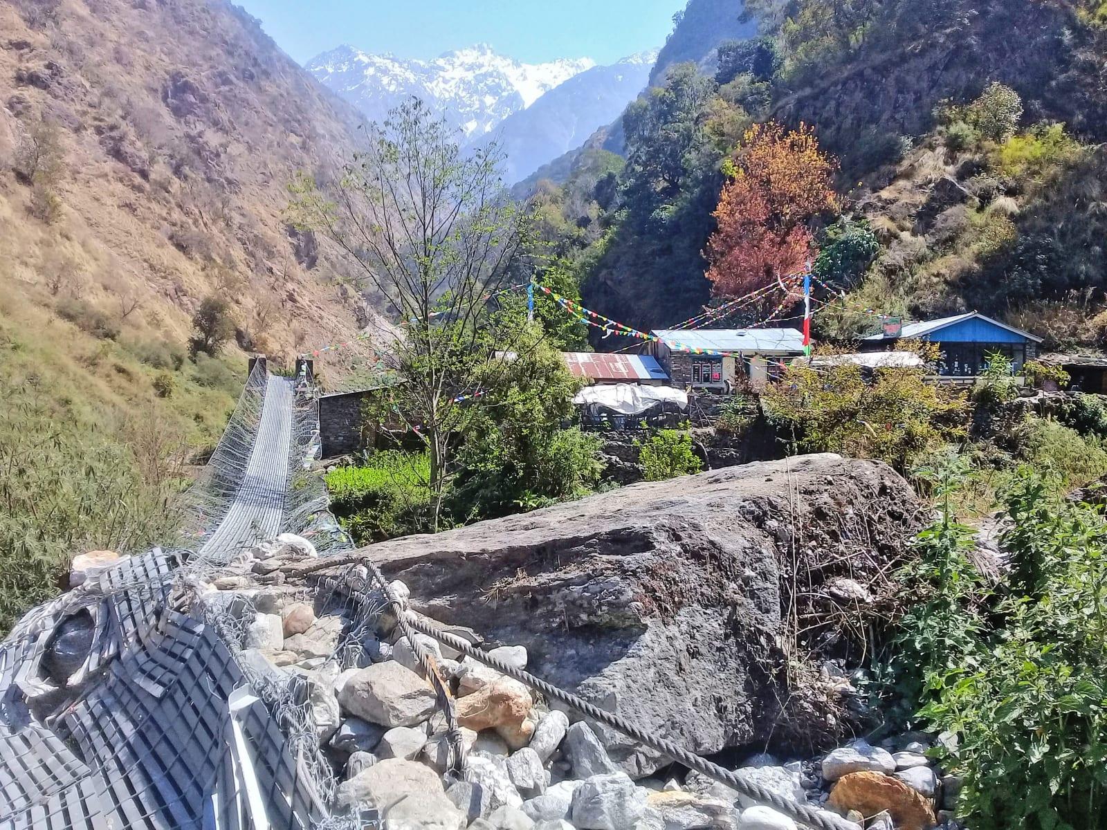 Těsně-před-přechodem-jednoho-z-poničených-mostů-zemětřesením-Nepál